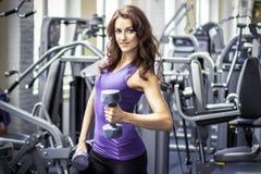 健身房的健身美丽的女孩 免版税图库摄影