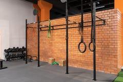 健身房的内部健身训练的与单杠和圆环 图库摄影