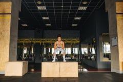 健身房的可爱的健身体育女孩 免版税图库摄影