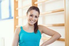 健身房的可爱的微笑的妇女 免版税库存图片