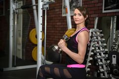 健身房的坚强的女孩 库存图片