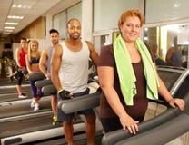 健身房的大大小妇女 免版税库存照片