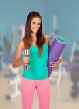 健身房的女孩准备好体育 库存照片