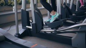 健身房的妇女行使在xtrainer机器的 股票视频