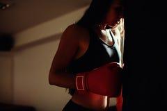 健身房的性感的战斗机女孩与拳击袋子 库存图片