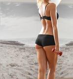 健身房的性感,运动,白肤金发的妇女,反对背景 免版税库存图片