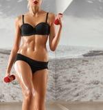 健身房的性感,运动,白肤金发的妇女,反对背景 免版税库存照片