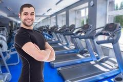 健身房的愉快的英俊的有胡子的阿拉伯人 免版税库存图片