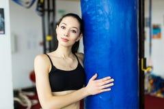 健身房的战斗机女孩与拳击袋子 长的头发妇女健身ufc模型 图库摄影