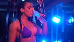 健身房的深色的坚强的健身妇女 影视素材