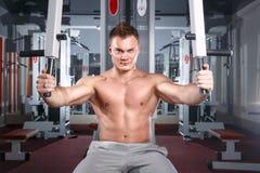 健身房的爱好健美者 免版税库存照片