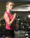 健身房的秀丽运动的妇女 免版税库存图片