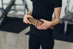 健身房的美丽的女孩与传送带 库存照片