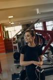 健身房的美丽的女孩 免版税库存图片
