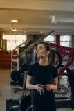 健身房的美丽的女孩 免版税图库摄影