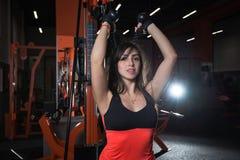 健身房的美丽的女孩 免版税库存照片