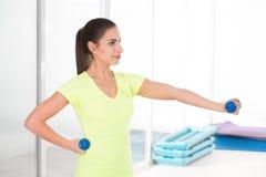健身房的美丽的运动的妇女 库存图片