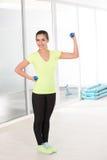 健身房的美丽的运动的妇女 免版税库存图片
