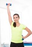 健身房的美丽的运动的妇女 免版税库存照片