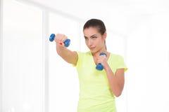 健身房的美丽的运动的妇女 免版税图库摄影