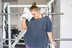 健身房的肥胖女孩 库存图片