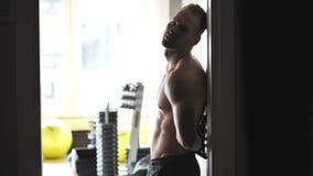 健身房的英俊的年轻人 股票视频