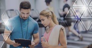 健身房的运动适合教练员人民与三角连接 库存照片