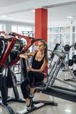 健身房的金发碧眼的女人用水 免版税库存照片
