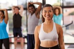 健身房的年轻亚裔妇女 免版税图库摄影