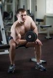 健身房的年轻人 免版税库存照片
