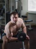 健身房的年轻人 免版税库存图片