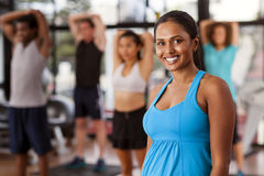 健身房的年轻印地安妇女 免版税库存图片