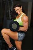 健身房秀丽为锻炼做准备 免版税库存图片
