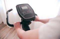 健身房自行车锻炼周期机器,健身房循环 免版税库存照片