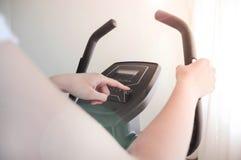 健身房自行车锻炼周期机器,健身房循环 免版税库存图片