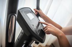 健身房自行车锻炼周期机器,健身房循环 库存照片