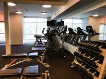 健身房设备包括踏车和自由重量 免版税库存照片