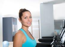 健身房踏车妇女室内锻炼蓝眼睛 免版税库存图片