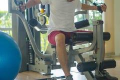 健身房锻炼的人 免版税库存照片