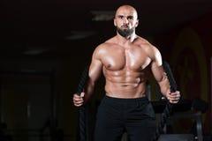 健身房锻炼锻炼的作战的绳索年轻人 免版税库存照片