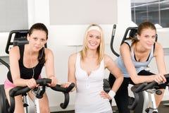 健身摆在空转的年轻人的女孩体操 图库摄影