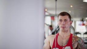 健身教练员训练健身房的一名妇女 影视素材
