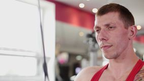 健身教练员训练健身房的一名妇女 股票视频