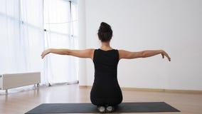健身教练横渡她的在一把大锁的胳膊在后面陈列舒展行使慢动作 影视素材