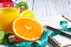 健身概念用果子和新鲜的汁液 库存照片
