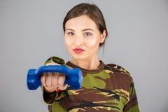 健身模型在军事伪装h穿戴了 图库摄影