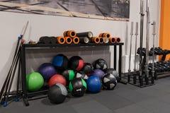 健身球和标尺在地板上在健身房锻炼的 免版税库存图片