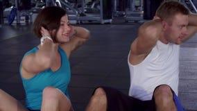 健身男人和妇女训练他们的腹肌 股票录像