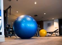 健身的健身房行使与在地板上的有氧Fitball 免版税库存图片