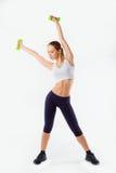 健身穿戴的行使与哑铃的快乐的妇女的充分的身体,被隔绝在白色背景 免版税库存图片